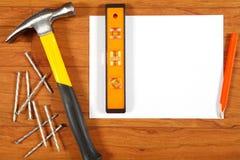在木地板上的建筑工具 免版税库存照片