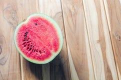 在木地板安置的西瓜红色开胃 免版税库存照片