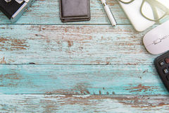 在木地板柔和的淡色彩的计算机膝上型计算机运作的书桌概念 库存照片