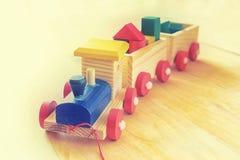 在木地板的木玩具火车 库存图片