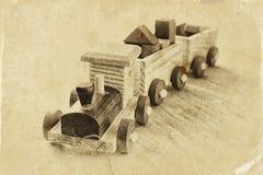 在木地板的木玩具火车 免版税库存照片
