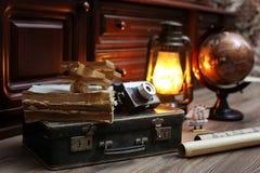 在木地板葡萄酒地球的构成与老皮革隋 库存照片