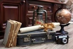 在木地板葡萄酒地球的构成与老皮革隋 免版税图库摄影