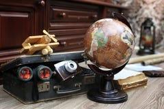 在木地板葡萄酒地球的构成与老皮革隋 免版税库存照片
