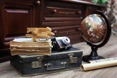 在木地板葡萄酒地球的构成与老皮革隋 免版税库存图片