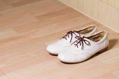 在木地面的时尚皮革夫人鞋子 免版税库存照片