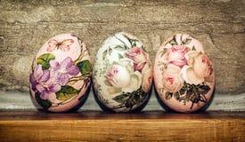 在木基地堆积的三个复活节彩蛋,复活节假日 库存照片