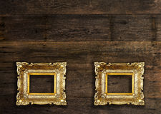 在木墙壁上的两个老框架 免版税库存照片