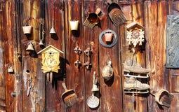 在木墙壁上的古色古香的老牌减速火箭的对象集会 土气窗框 倾斜在蓝莓,时钟,响铃,艺术,老 图库摄影