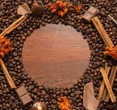 在木墙壁上的咖啡豆框架 免版税库存图片