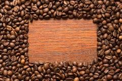 在木墙壁上的咖啡豆框架 免版税库存照片