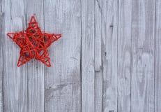 在木墙壁上的圣诞节星 免版税库存照片