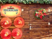 在木墙壁上的墨西哥帽装饰 库存图片