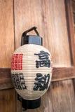 在木墙壁上的日本灯笼 免版税库存照片