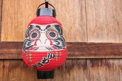 在木墙壁上的日本灯笼 免版税库存图片
