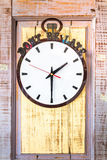 在木墙壁上的时钟 免版税库存照片