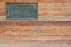 在木墙壁上的木标志板空白框架 免版税库存照片