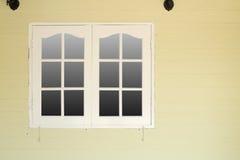 在木墙壁上的木窗口 库存照片