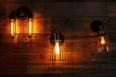 在木墙壁上的灯笼 免版税库存图片