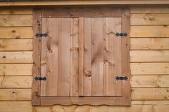 在木墙壁上的瑞士山中的牧人小屋木窗口 免版税库存图片