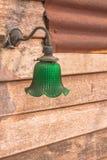 在木墙壁上的电灯泡 库存照片