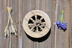 在木墙壁上的矢车菊和麦子束 免版税图库摄影