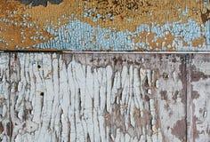 在木墙壁上的破裂和削皮油漆 色的委员会墙壁 库存照片