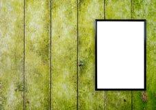 在木墙壁上的空白的海报照片框架 库存图片