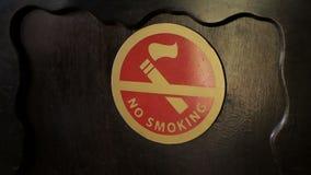 在木墙壁上的红色禁烟标志在餐馆 影视素材