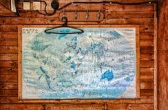 在木墙壁上的老地图 免版税库存照片