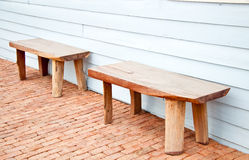 在木墙壁上的老木椅子 免版税图库摄影