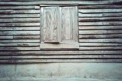 在木墙壁上的老木窗口 免版税库存照片