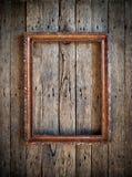 在木墙壁上的老葡萄酒框架 库存图片