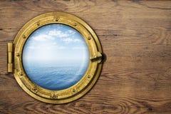 在木墙壁上的船或小船舷窗 库存照片