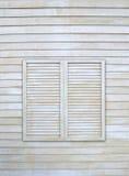 在木墙壁上的葡萄酒窗口 免版税库存图片