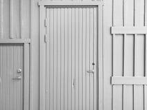 在木墙壁上的门 免版税库存照片