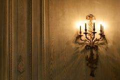 在木墙壁上的经典墙壁照明设备 库存图片