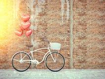 在木墙壁旁边停放的葡萄酒自行车 库存图片