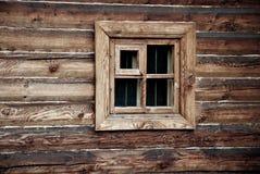 在木墙壁的窗口 免版税库存照片