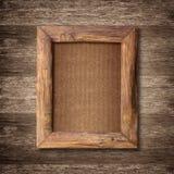 在木墙壁背景的木制框架 库存照片