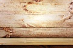在木墙壁背景的空的架子 图库摄影