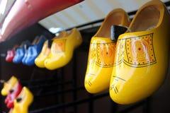 在木墙壁登上的传统荷兰鞋子 免版税库存照片