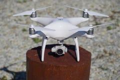 在木大麻的Quadrocopter DJI幽灵4 寄生虫为飞行做准备 Dron是一个创新飞行机器人 库存图片