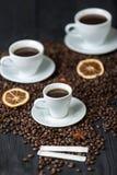 在木头和咖啡杯的咖啡豆是芳香 库存图片