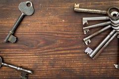 在木头安排的老钥匙 免版税库存照片