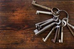 在木头安排的老钥匙 库存图片