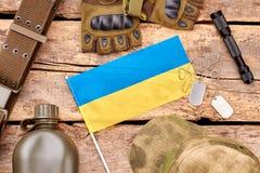 在木头的乌克兰战士军队成套装备 图库摄影