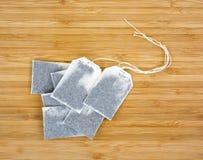 在木头的几个茶袋 免版税库存照片