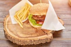 在木头的可口汉堡在餐馆 免版税库存图片