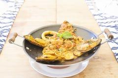 在木头的可口混合海鲜面团 免版税库存图片